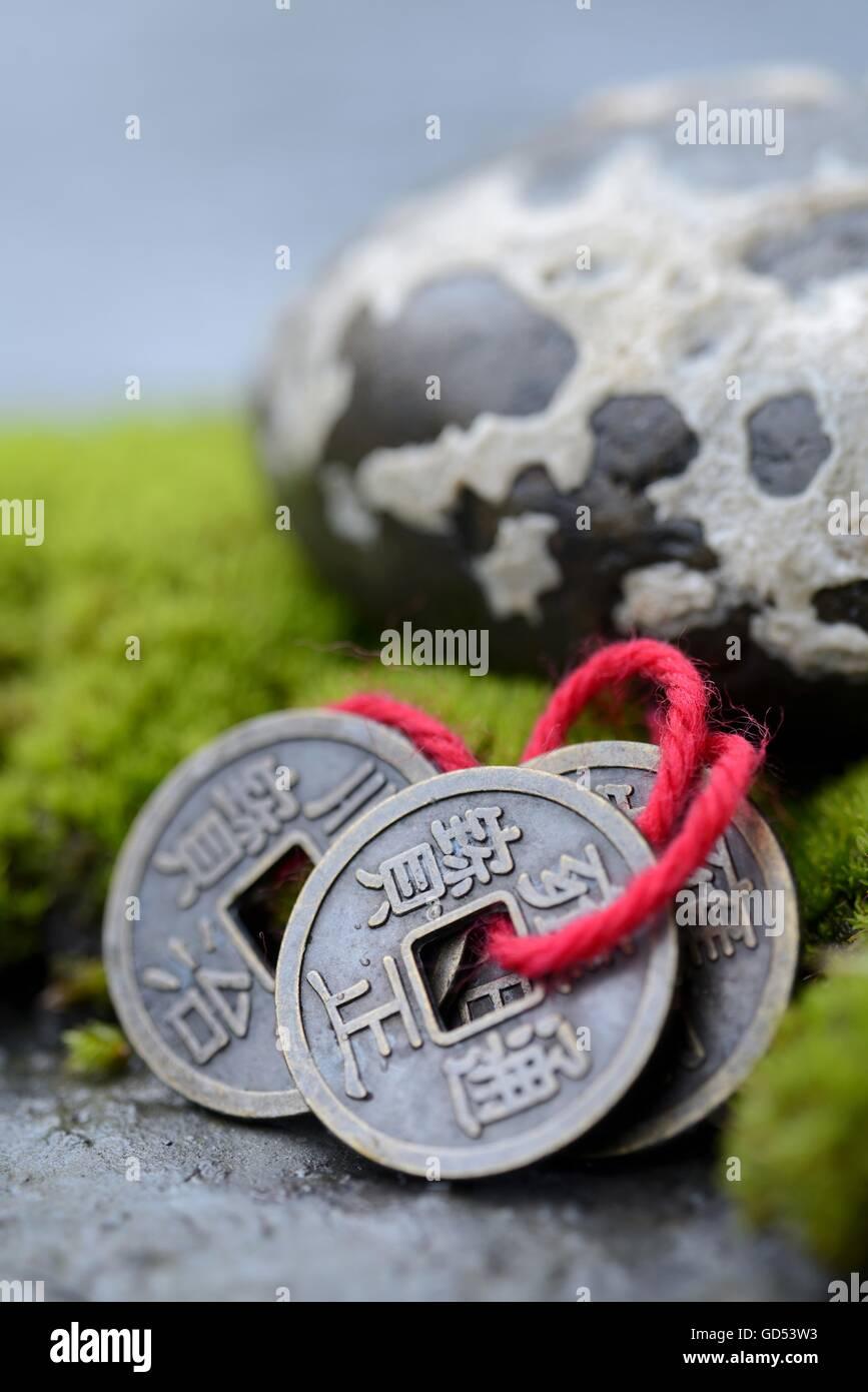 Chinesische Gluecksmuenzen mit Moos und Stein, Glueck Stock Photo