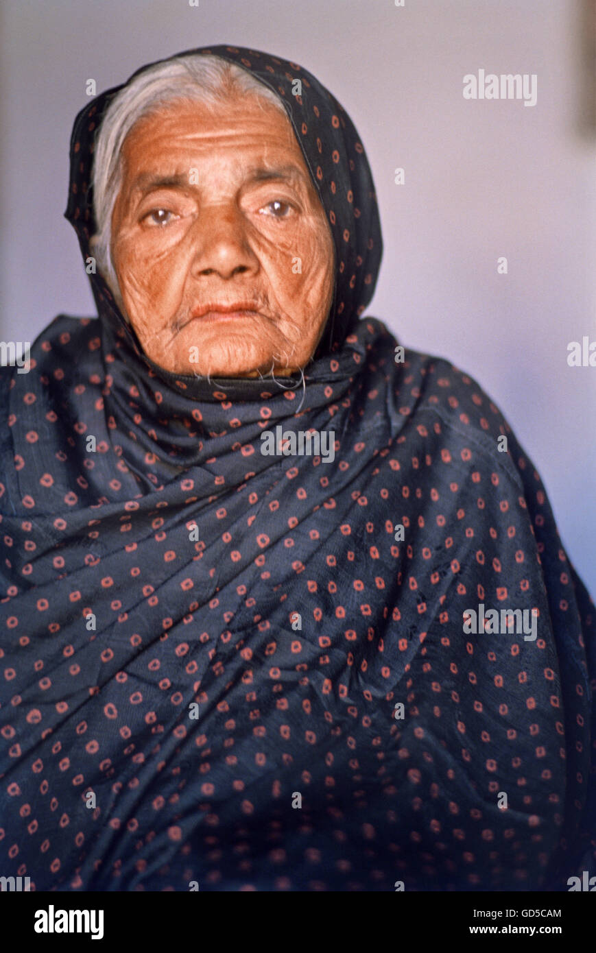 16886d76 Old Woman in tie and dye orhni Stock Photo: 111372204 - Alamy