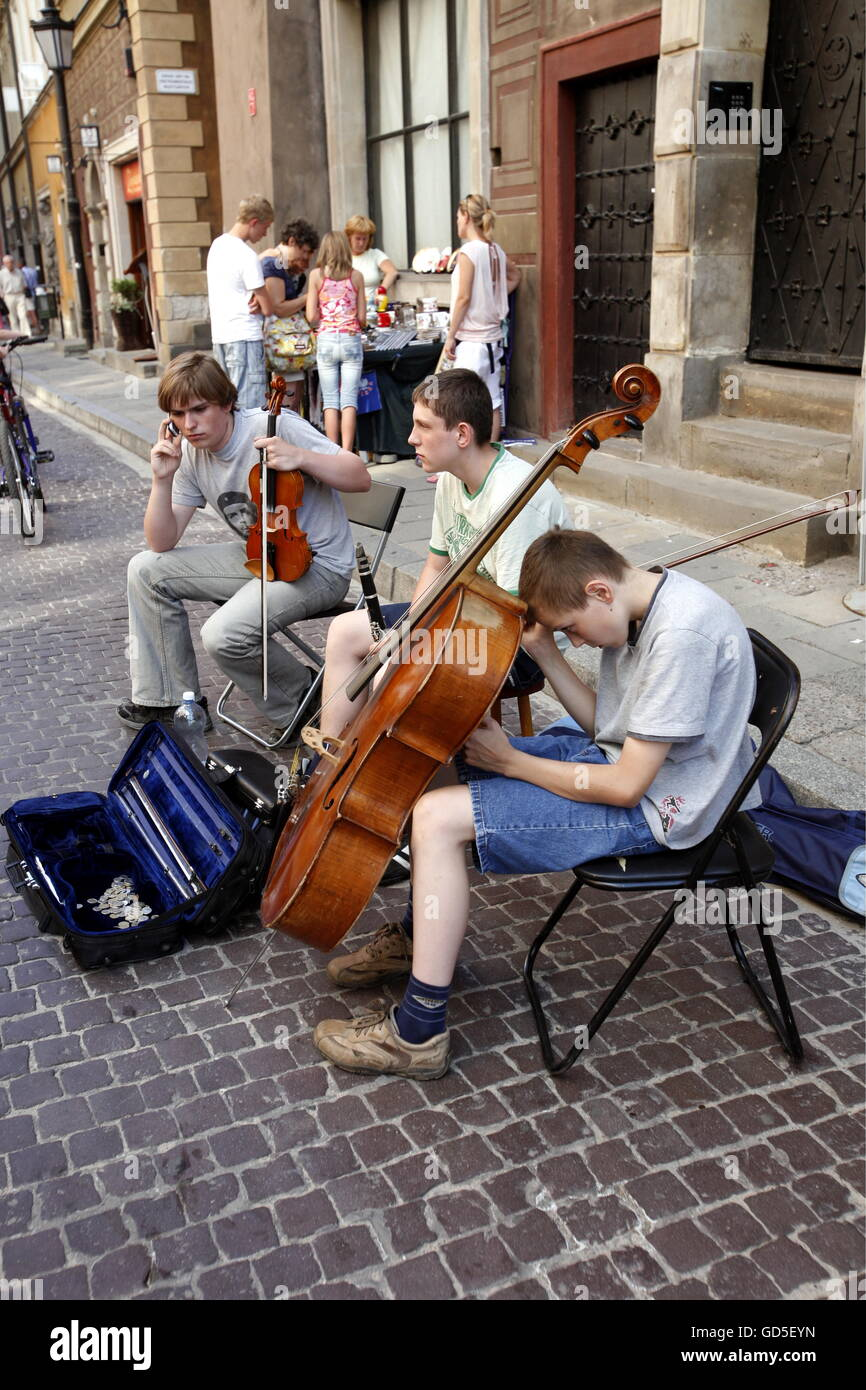 streetmusic in the old town  in the City of Warsaw in Poland, East Europe. - Stock Image