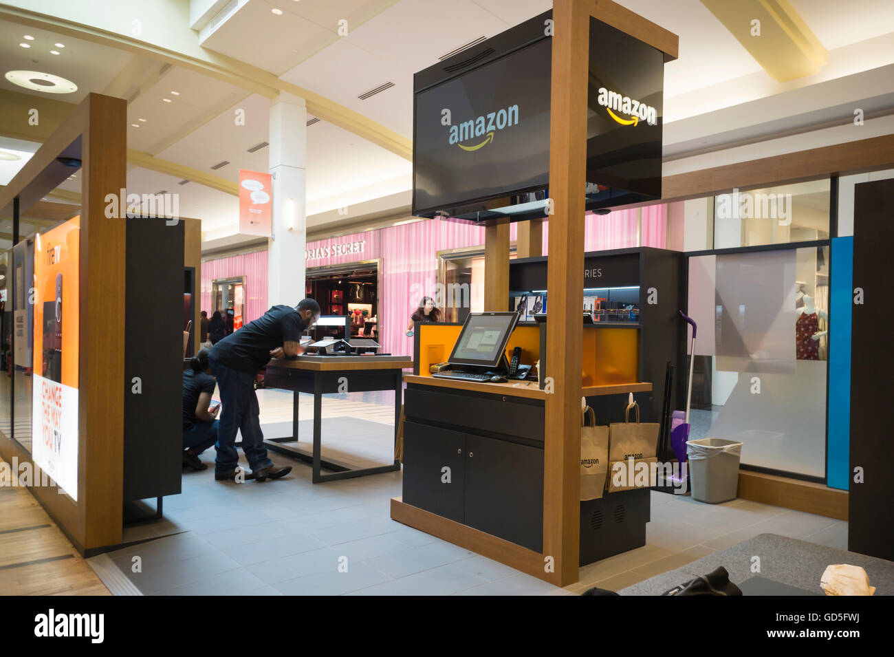 An amazon pop up kiosk in a mall in valley stream in long for Amazon design shop