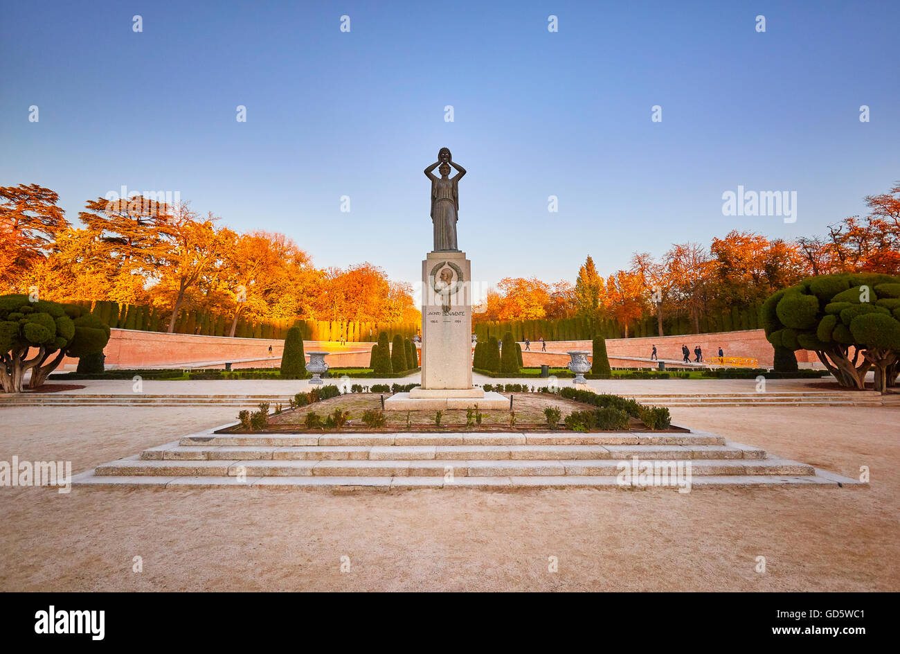 Monument to Benavente, by escultor Victorio Macho, and The Parterre, french-style garden at the Buen Retiro Park. - Stock Image