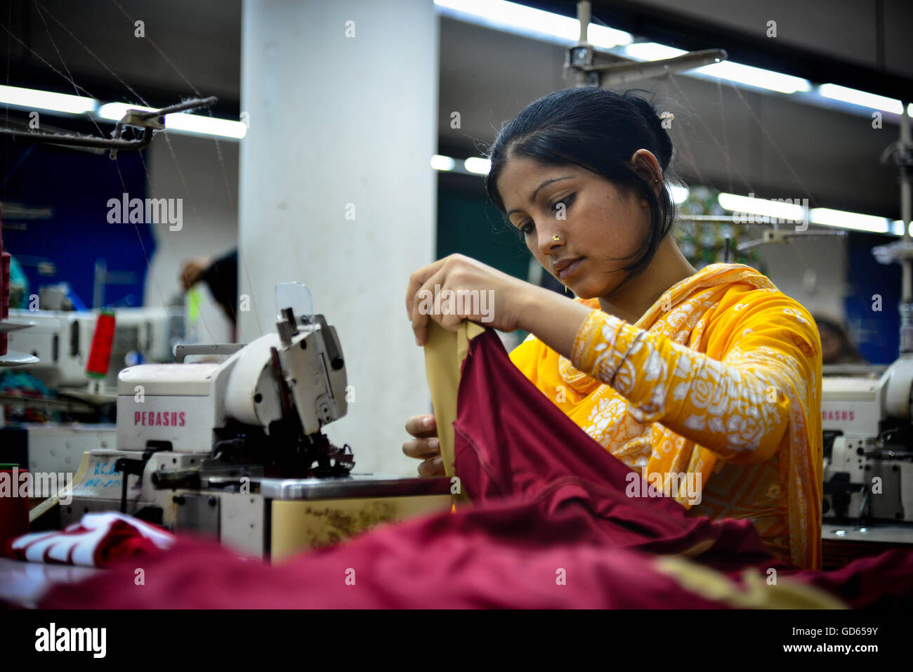 Worker in a textile factory, Bangladesh - Stock Image