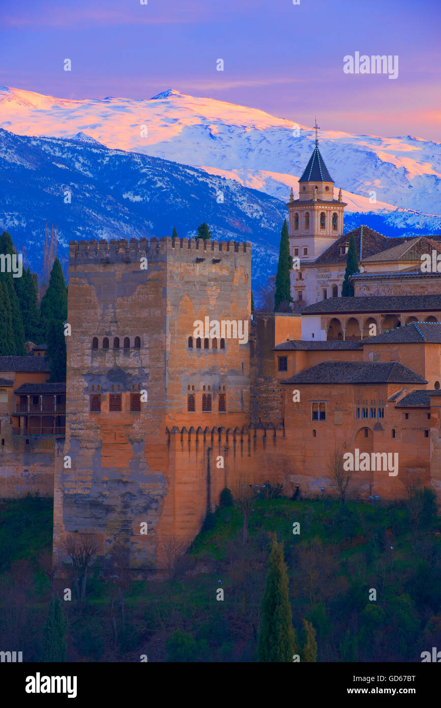 Alhambra, UNESCO World Heritage Site, Sierra Nevada and la Alhambra at Sunset, Granada, Andalusia, Spain - Stock Image