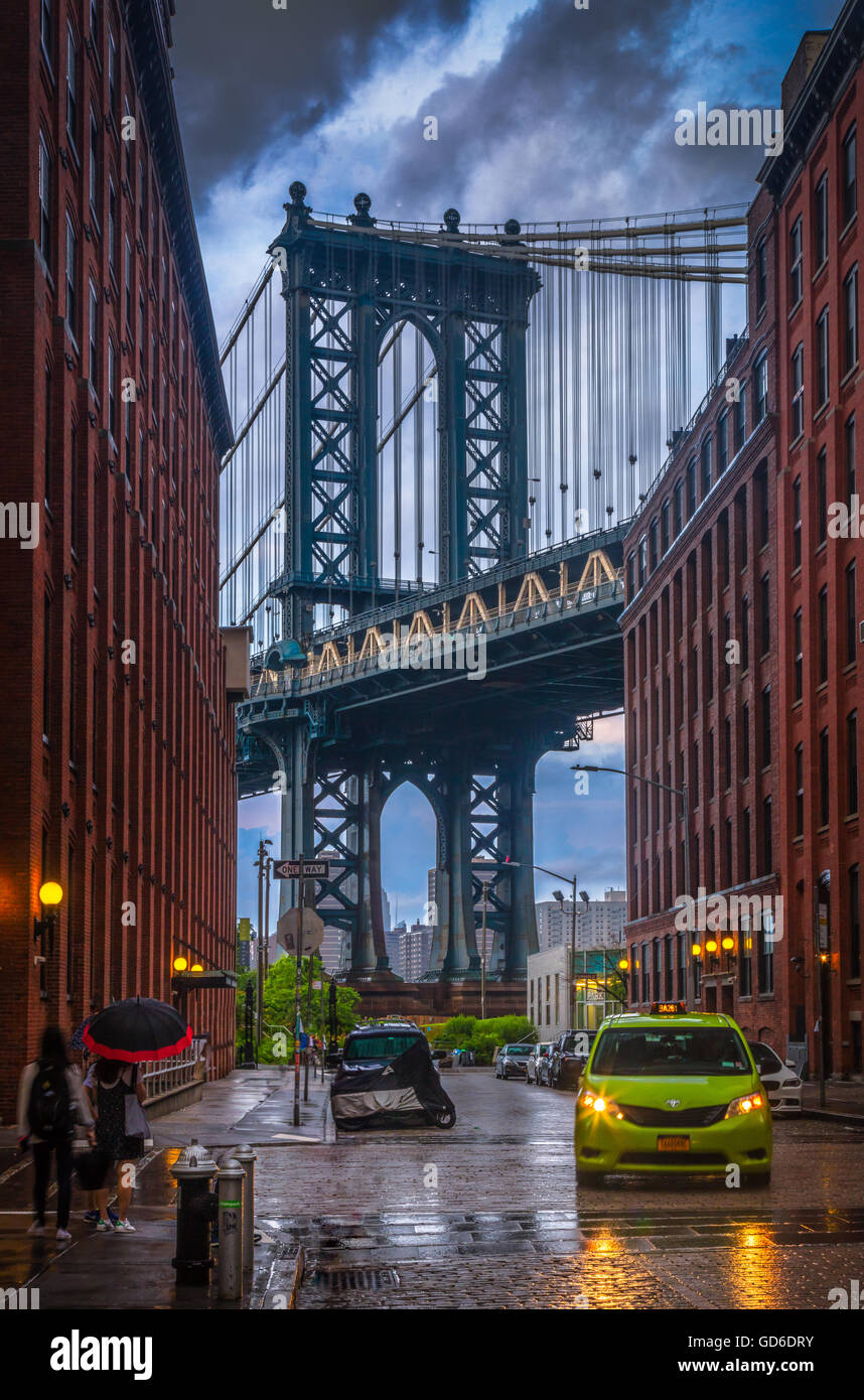 The Manhattan Bridge is a suspension bridge that crosses the East River in New York City. - Stock Image