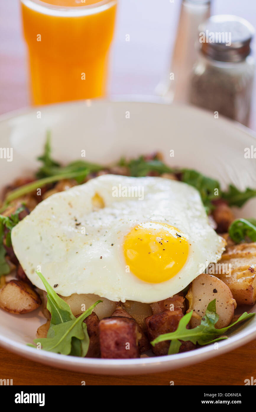 beer braised corned beef hash with fried egg and orange juice, Kitchenette Restaurant, Templeton, California - Stock Image