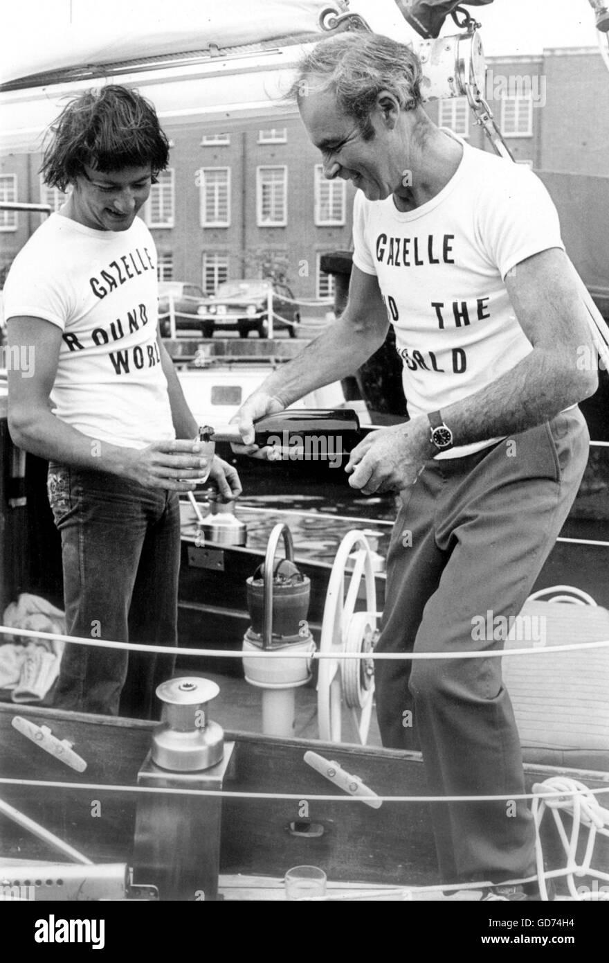 AJAX NEWS PHOTOS. 1974. PORTSMOUTH, ENGLAND.  - WHITBREAD ROUND THE WORLD RACE - BRUCE WEBB, 53, (RIGHT) CELEBRATES - Stock Image