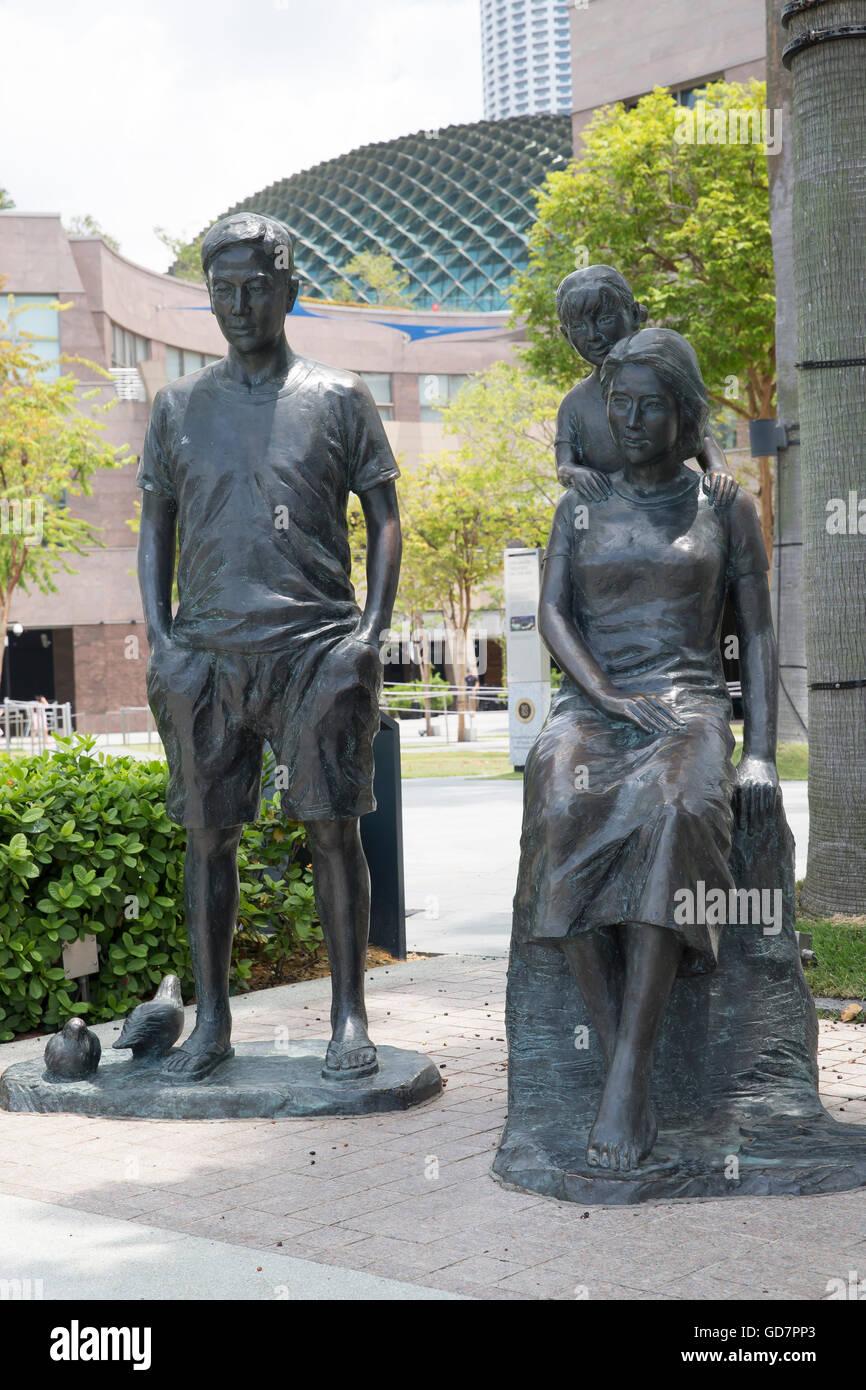 Bronze family statue in Marina Bay Singapore - Stock Image