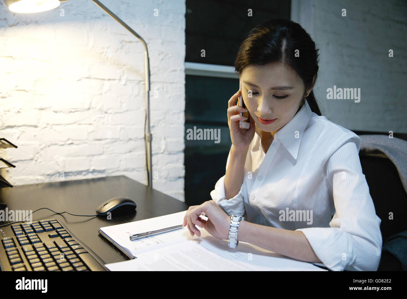 Female white-collar workers to work overtime - Stock Image