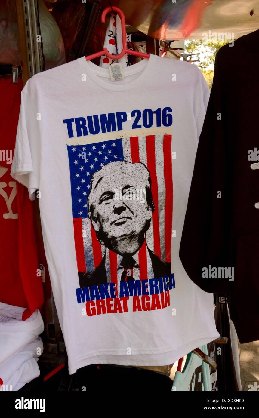 b08214b8 trump 2016 make america great again t shirt on sale new york - Stock Image