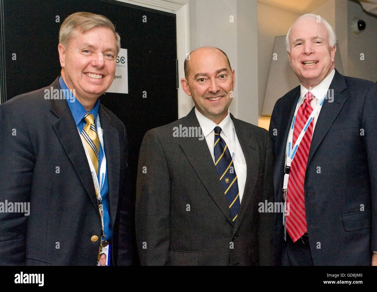 U.S Adm. James Stavridis, European Command and NATO Supreme Allied Commander, center, poses with senators Lindsay - Stock Image