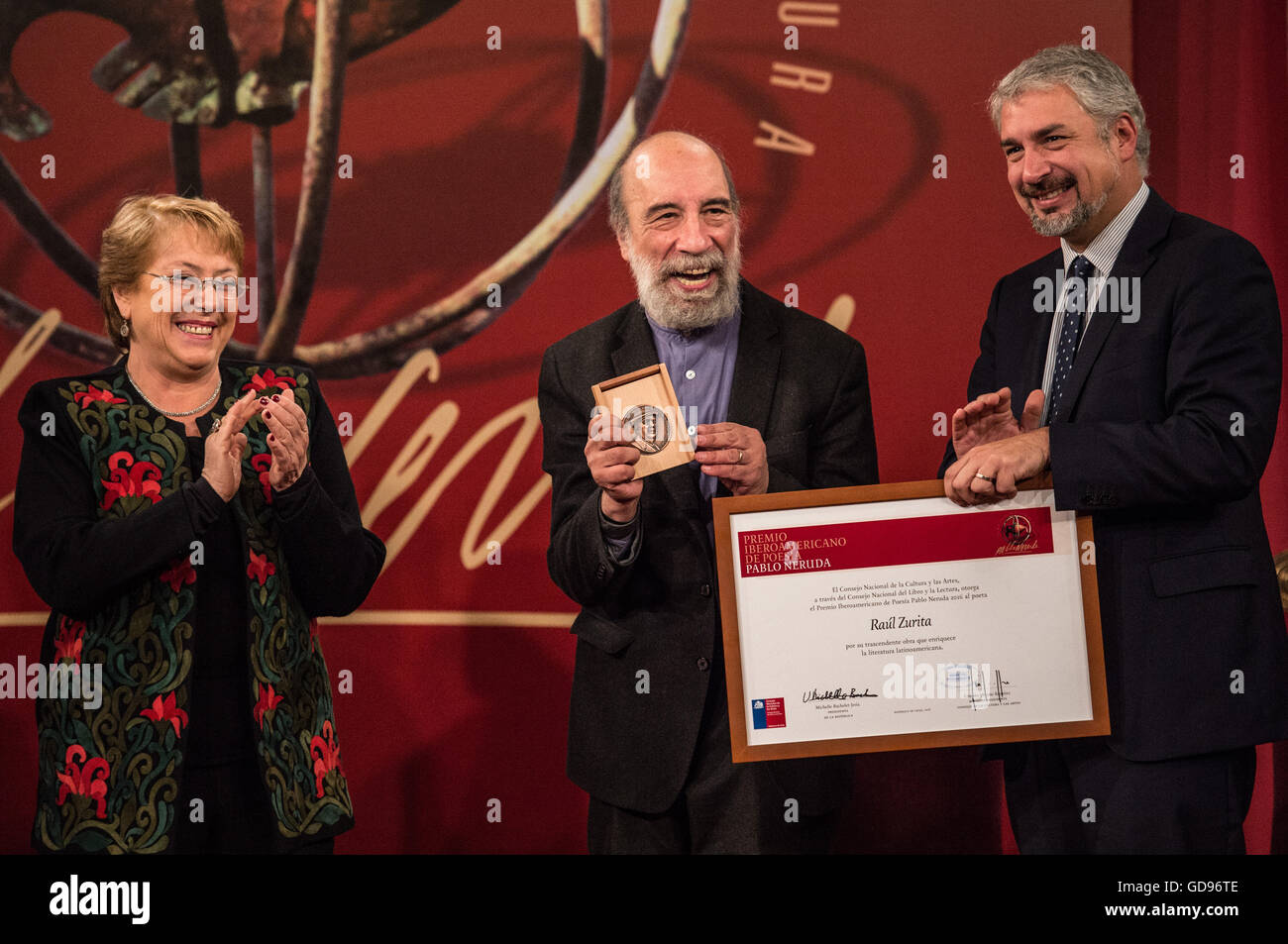 Santiago, Chile. 14th July, 2016. Chilean President Michelle Bachelet (L) delivers the Pablo Neruda Ibero-American - Stock Image