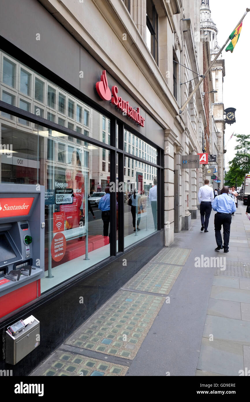 Santander a UK Bank can point ATM and retail banking outlet in London's CBD - Stock Image