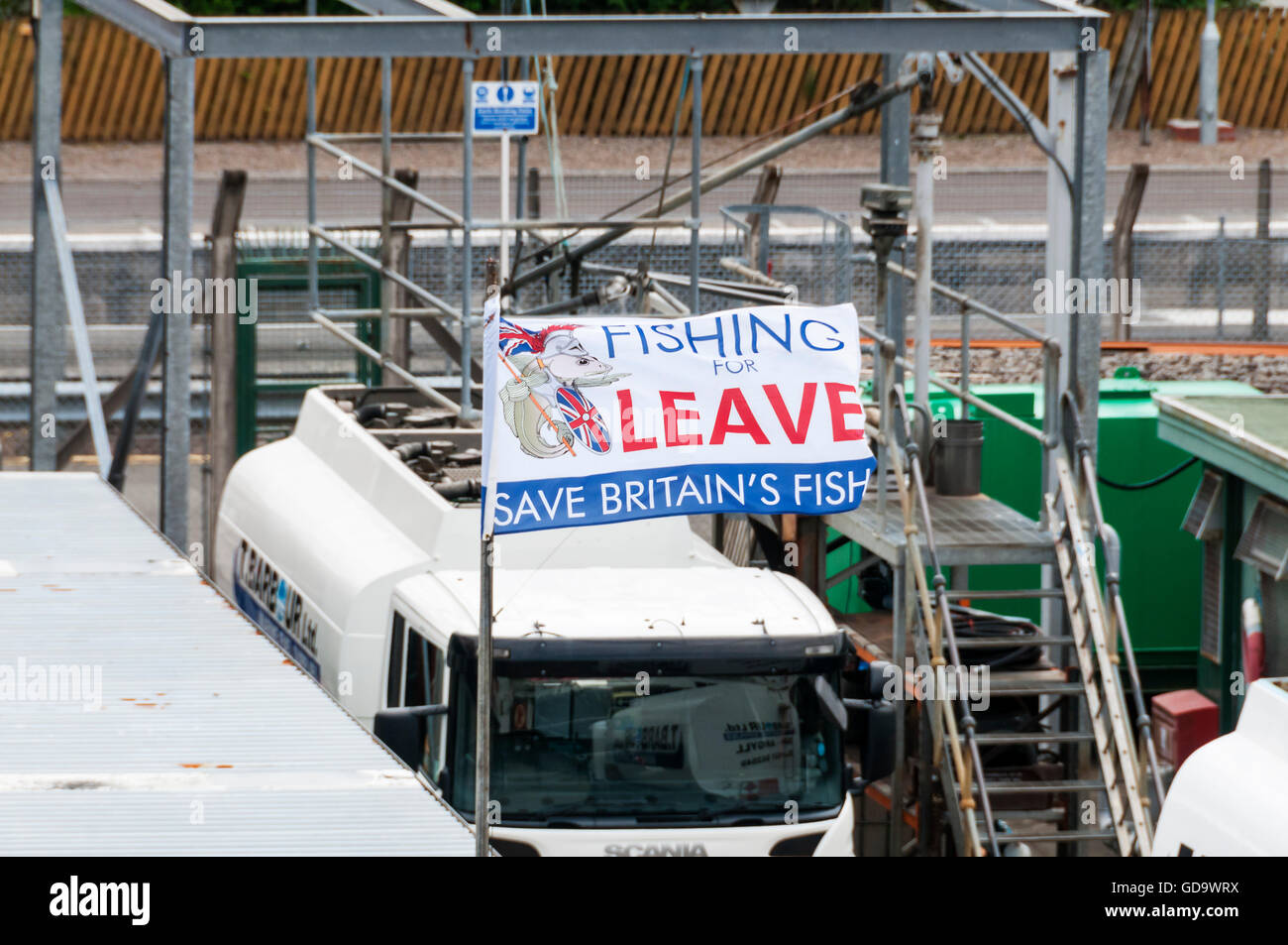 A Fishing for Leave flag displayed in Oban harbour, Scotland. Supporting exit from EU over Common Fisheries Policy. - Stock Image