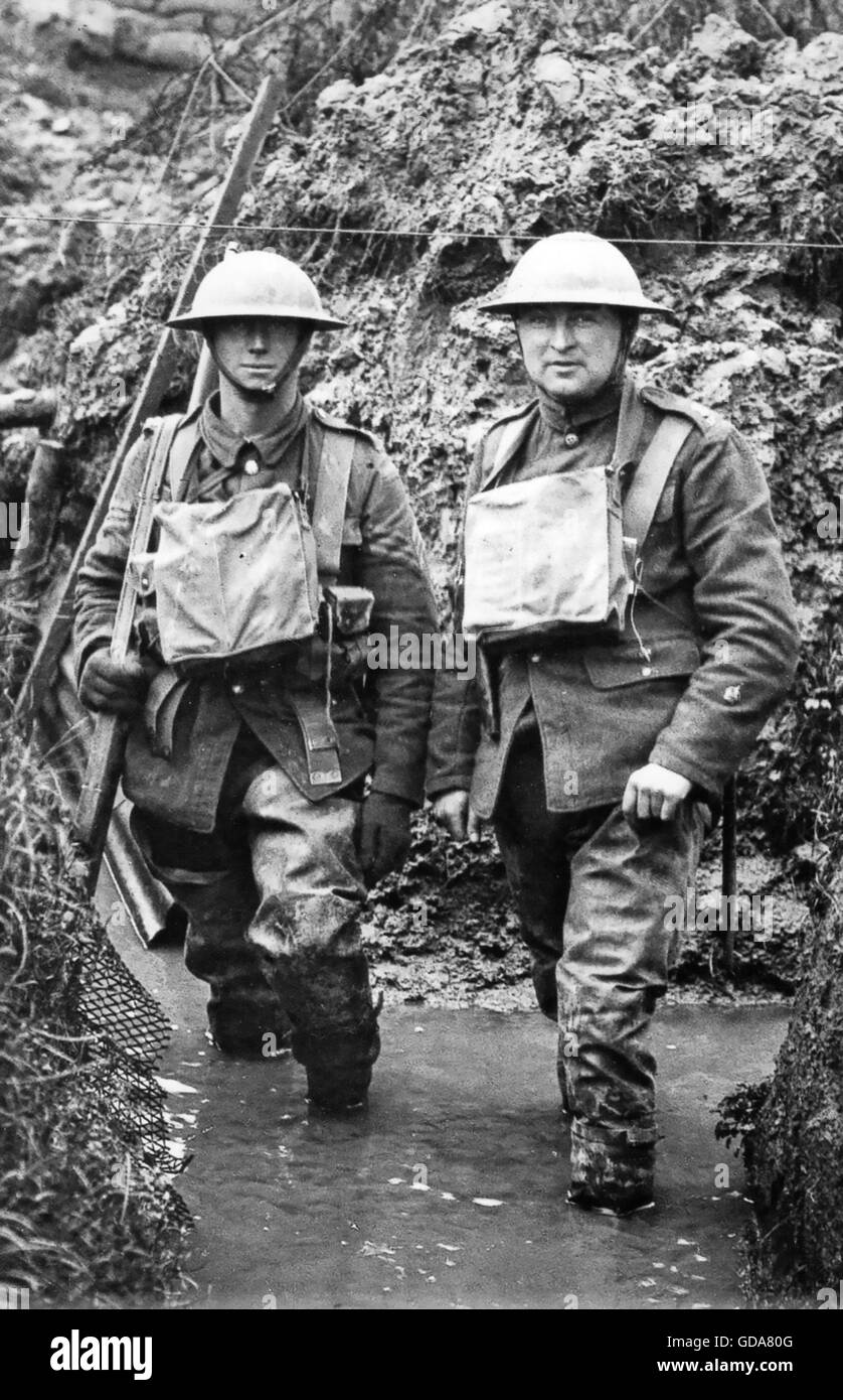 FIRST WORLD WAR  British soldiers in water-logged trench - Stock Image