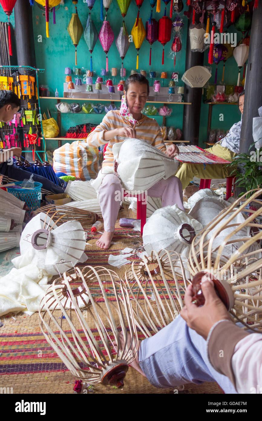 Vietnam, Quang Nam, Hoi An, woman makes a Vietnamese lantern, in Hoi An - Stock Image