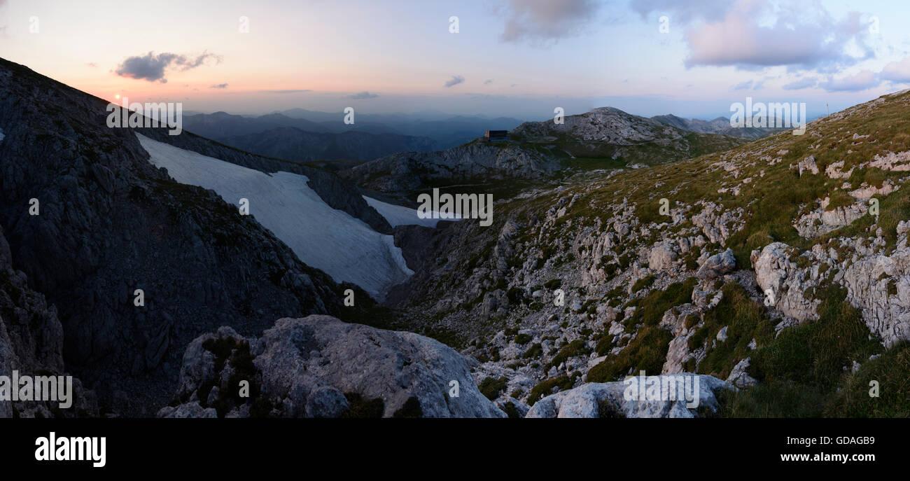 Hochschwab Mountains: View from below the summit of the Hochschwab to mountain hut Schiestlhaus, Austria, Steiermark, - Stock Image