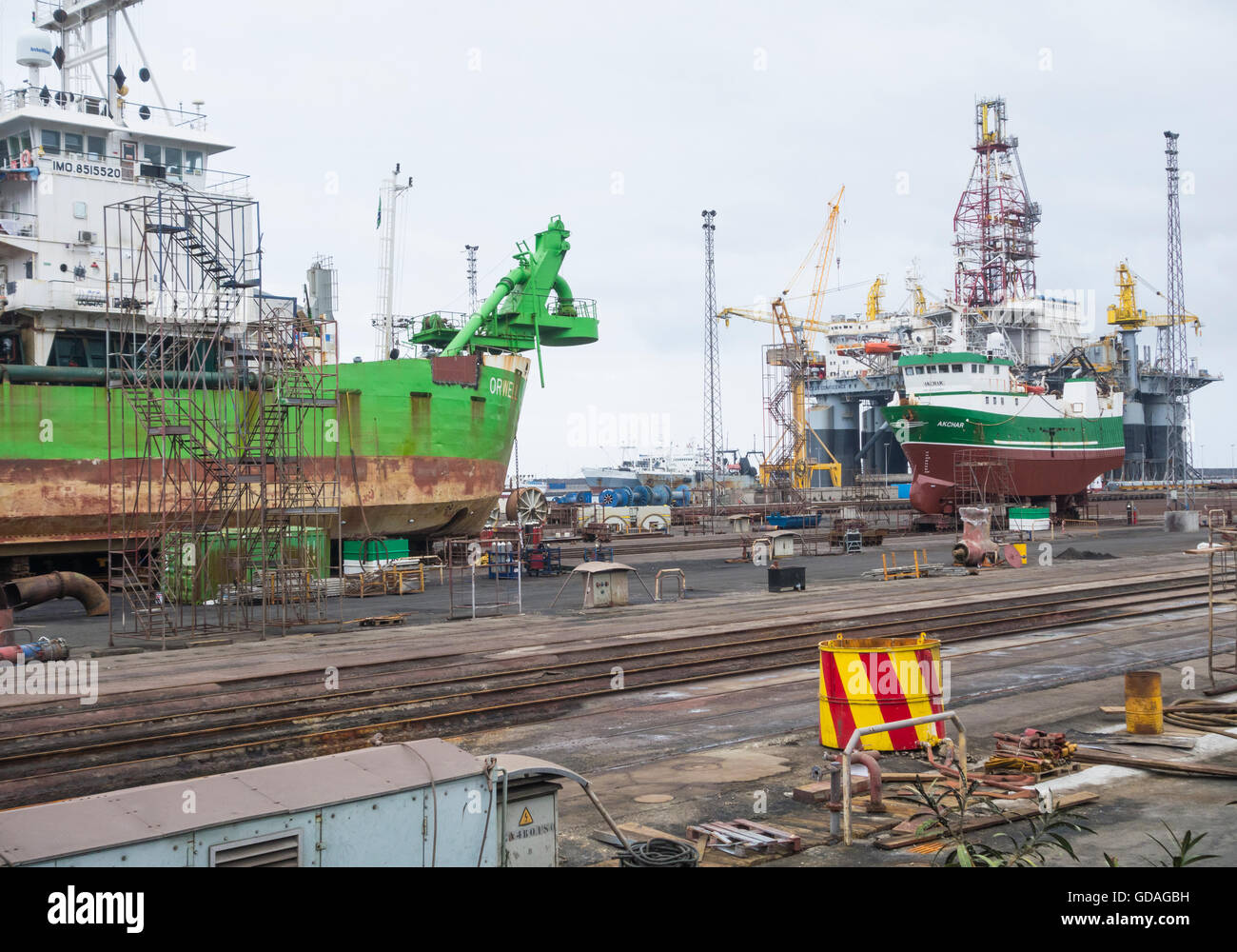 Ships and oil rig in repair yard in Las Palmas port on Gran Canaria, Canary Islands, Spain - Stock Image