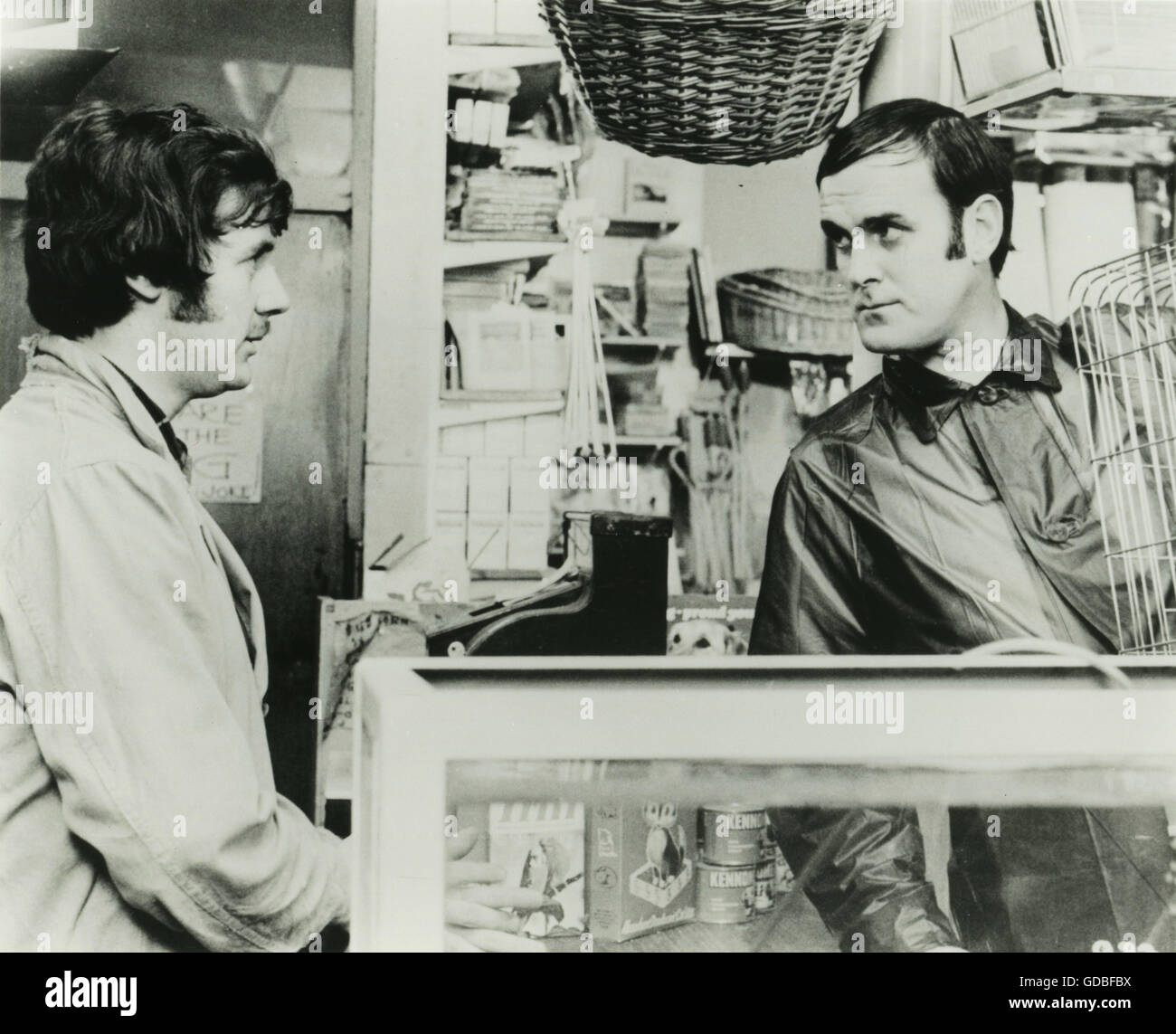 FILM And Now for Something Completely Different (1971, Ian MacNaughton) The Dead Parrot: Michael Palin, John Cleese - Stock Image