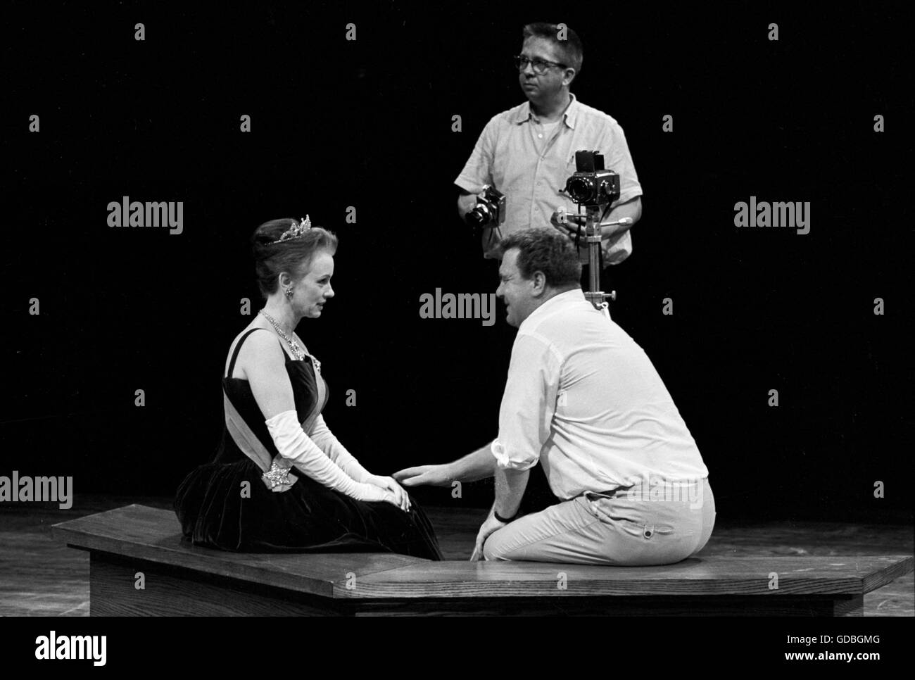 Director Douglas Campbell with Jessica Tandy at the Guthrie Theatre in 1963. Campbell is directing a photographer, - Stock Image