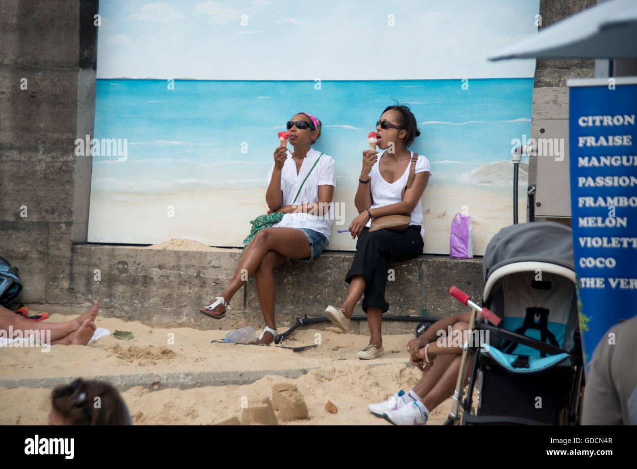 two women eating ice cream at Paris plages - Stock Image