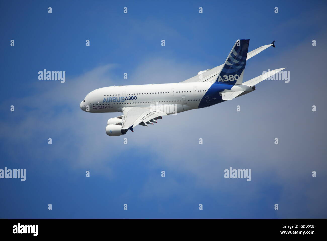 The Airbus A380 F-WWDD displayed its impressive maneuverability at the Farnborough Airshow - Stock Image
