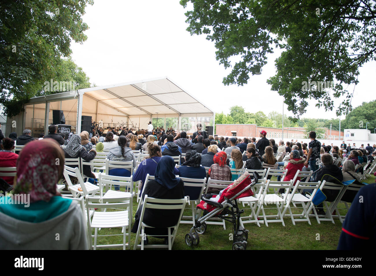 Hamburg-Osdorf, Germany. 15th July, 2016. The Hamburg Symphony Orchestra give an open air concert for refugees, - Stock Image