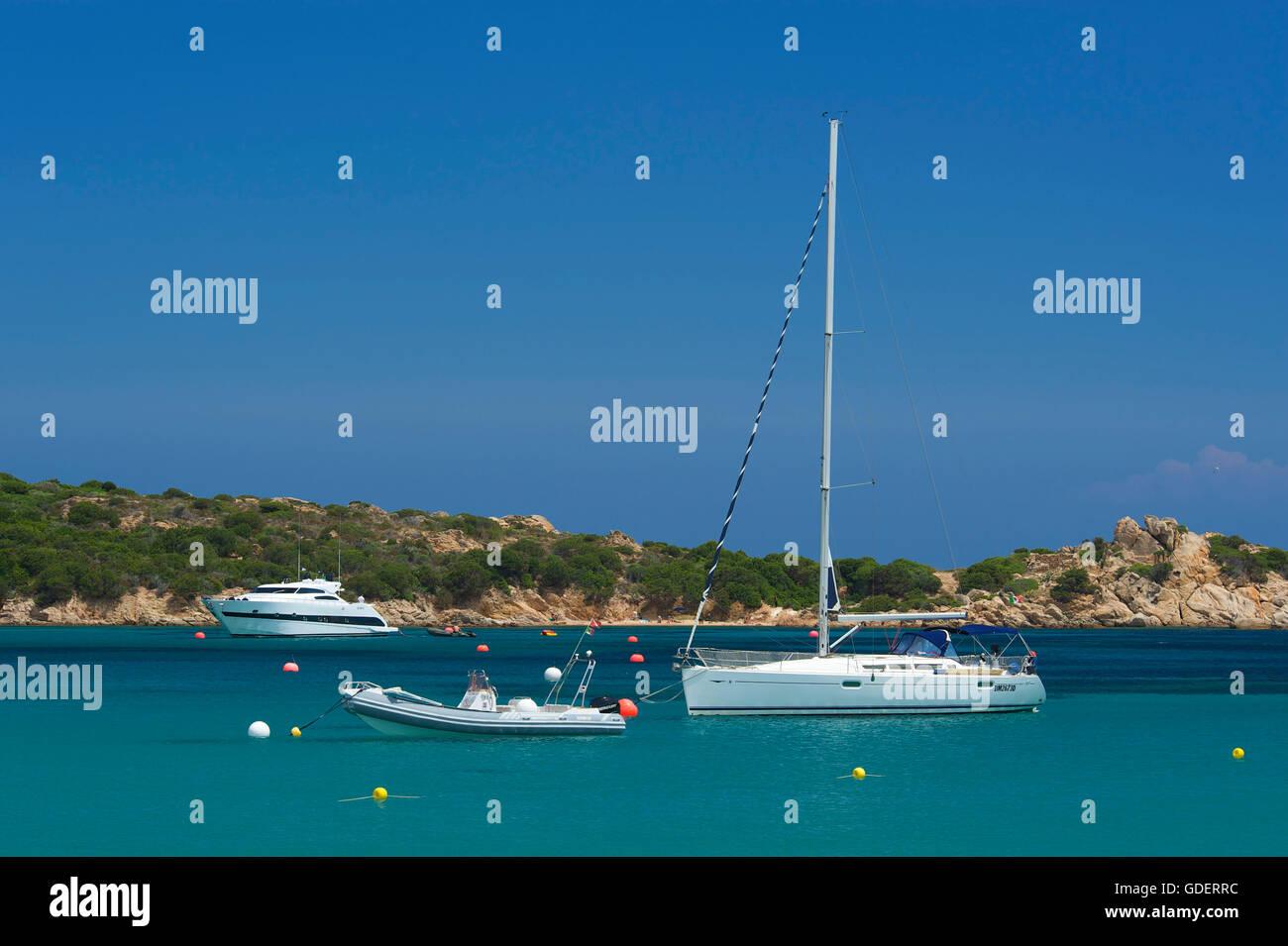 Yachten in einer Bucht auf La Maddalena, Sardinien, Italien - Stock Image