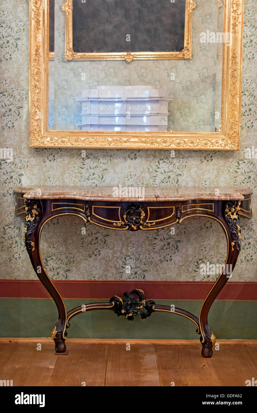 Etonnant Historical Table Under The Mirror In A Gilded Frame   Stock Image