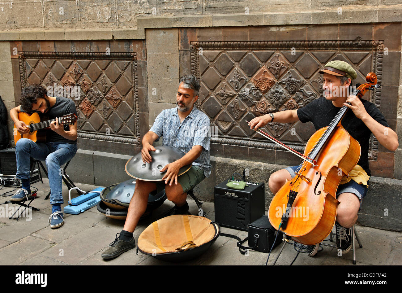 Street musicians in the Gothic Quarter (Barri Gotic), Barcelona, Catalonia, Spain. - Stock Image