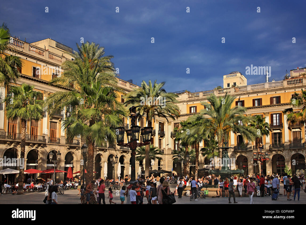 The Placa Reial, (Royal square), next to La Rambla, Barri Gotic (Gothic quarter), Barcelona, Catalonia, Spain - Stock Image