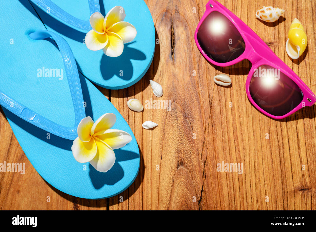 flip-flop and sunglasses on wooden board - Stock Image