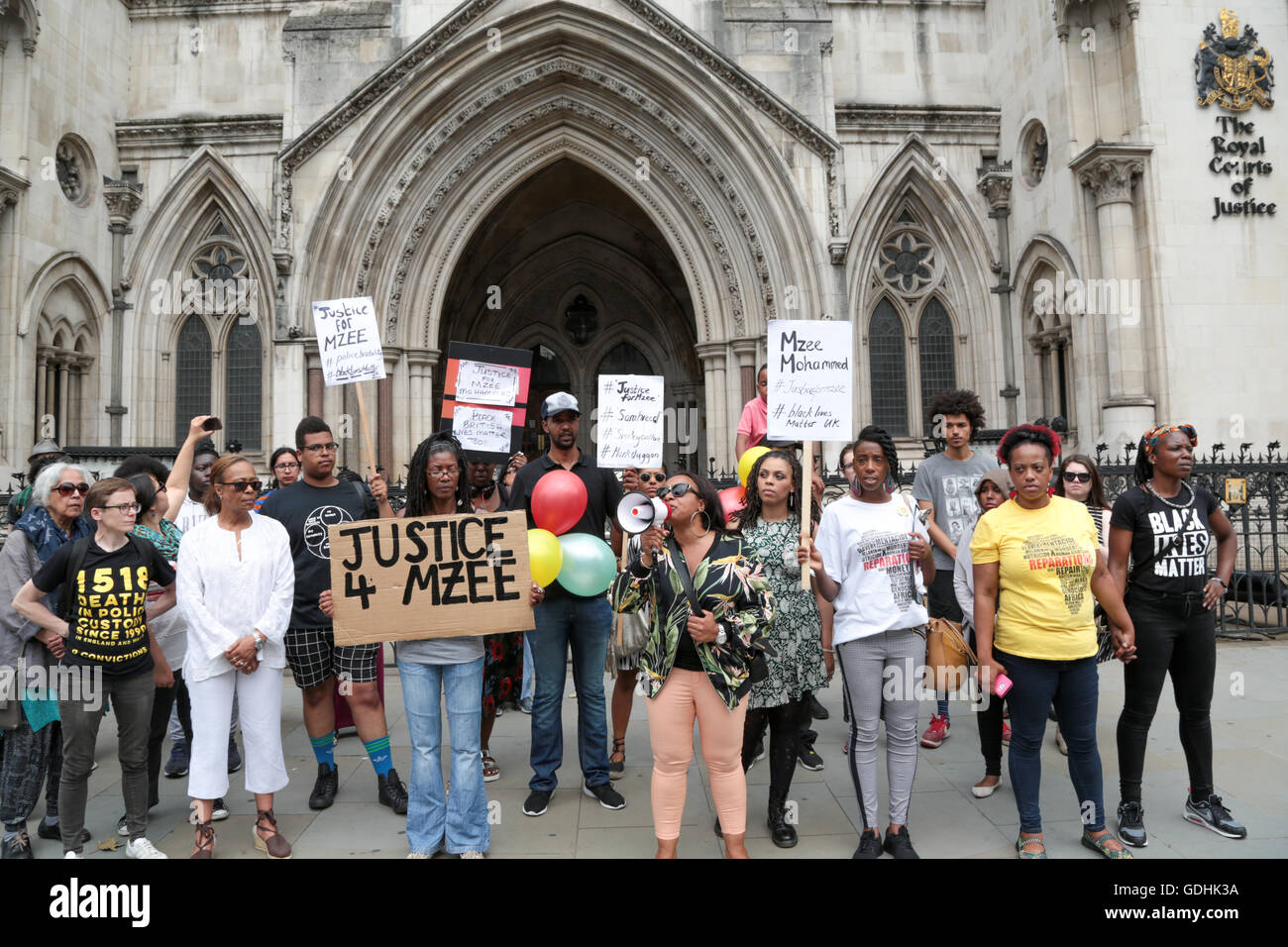 London, UK. 17th July, 2016. Ava Morgan speaks as people with banners and placards stand out side the Royal Courts - Stock Image