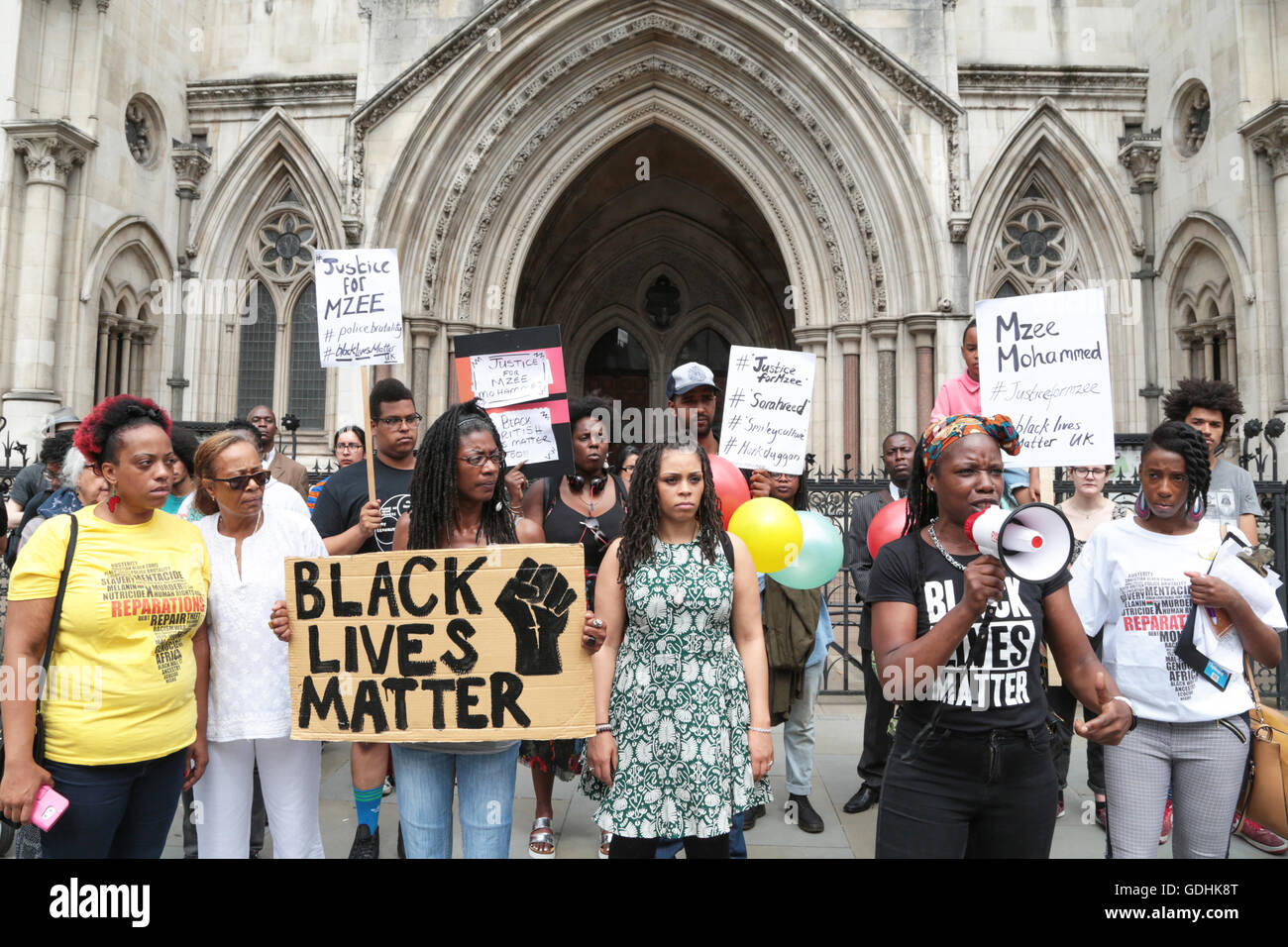 London, UK. 17th July, 2016. People with banners and placards stand out side the Royal Courts of Justice in central - Stock Image