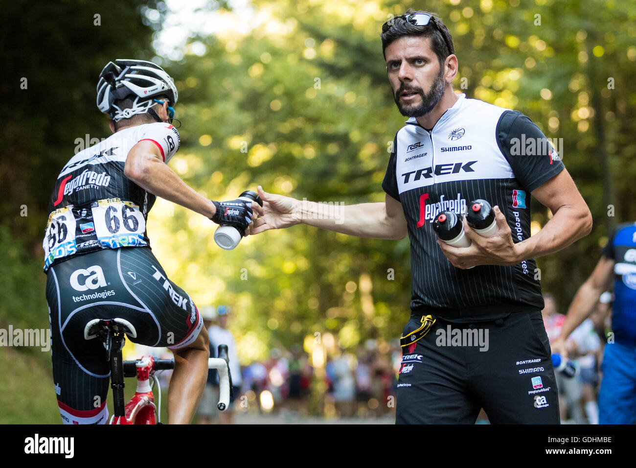 Anglefort, France. 17th July, 2016. 17th July, 2016. Ain, FR. A Trek-Segafredo soigneur hands off a bottle to Peter - Stock Image