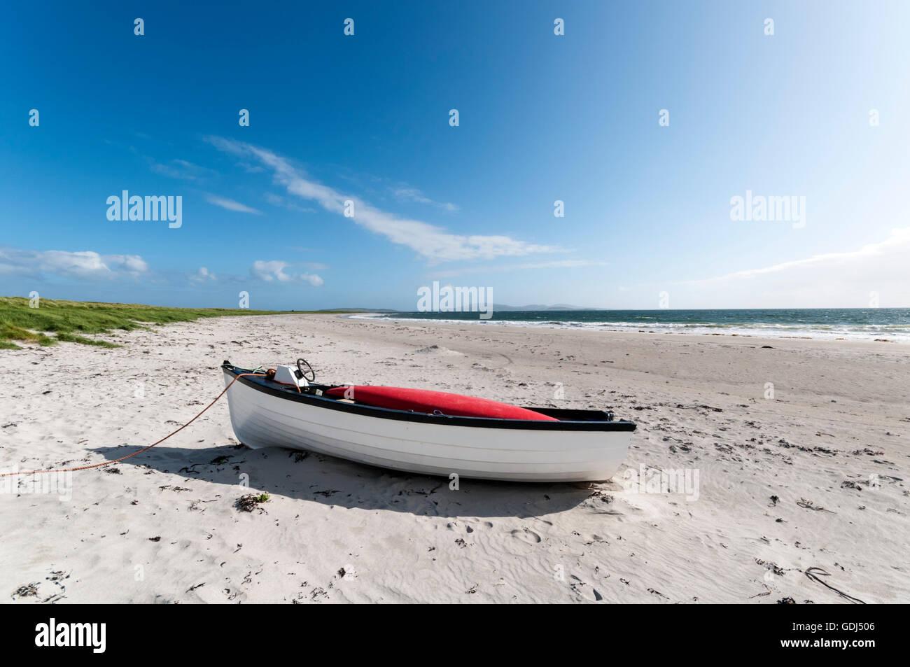 Boat on a deserted Hebridean beach near Gearraidh na Monadh on South Uist. - Stock Image