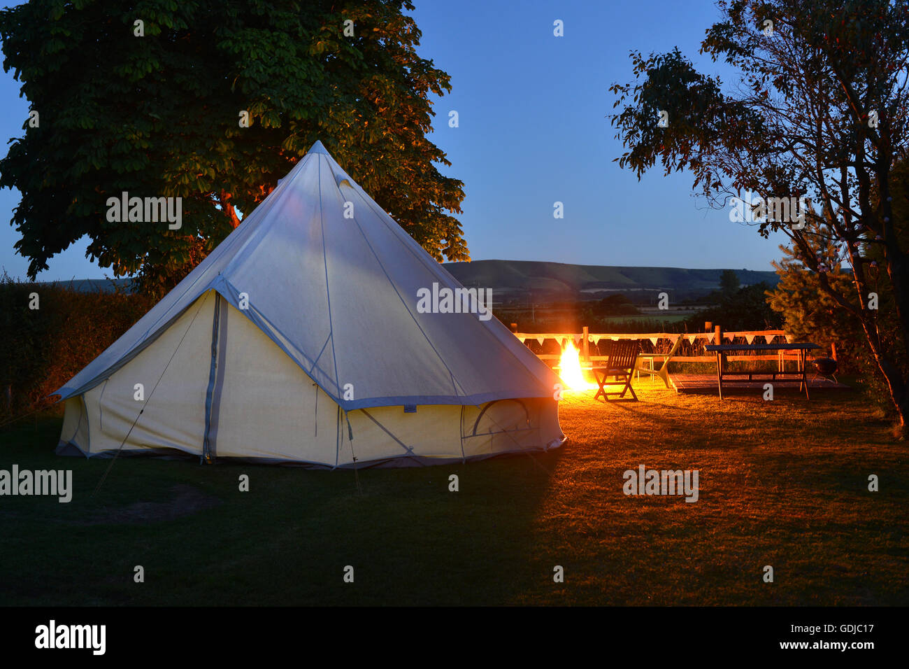 Bell tent and campfire - glamping in the uk - Stock Image