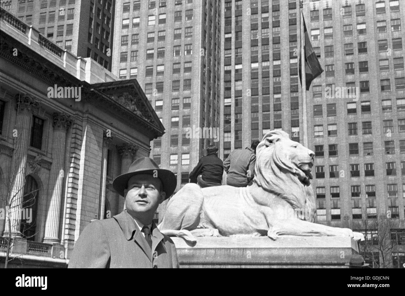 Photographer Arthur Rothstein in front of the New York Public Library on 5th Avenue. The date is unknown, but it - Stock Image