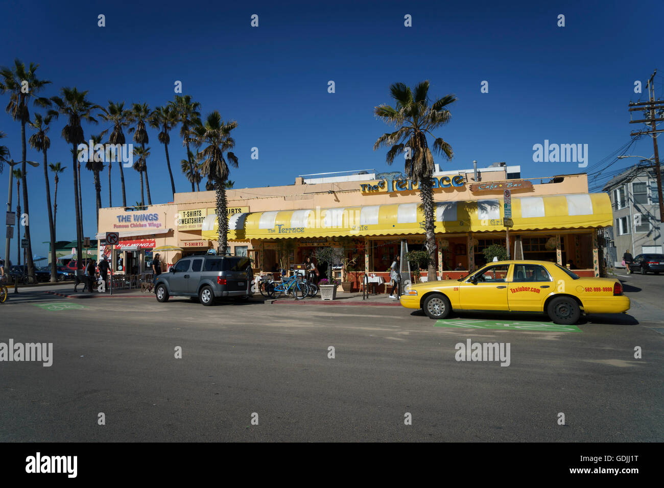 Street scene on Washington Blvd, Venice California showing a yellow cab and the Terrace cafe - Stock Image