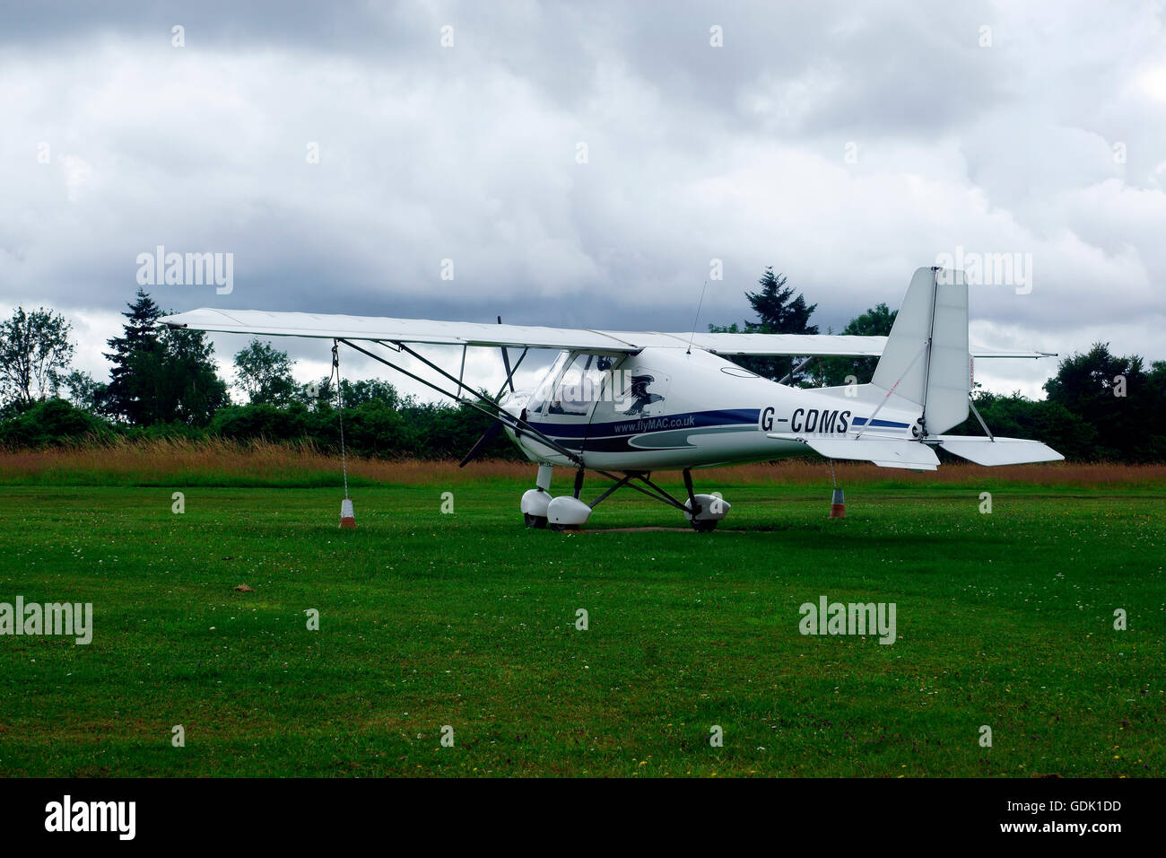 IKARUS C42 FB80  G-CDMS TIED DOWN - Stock Image
