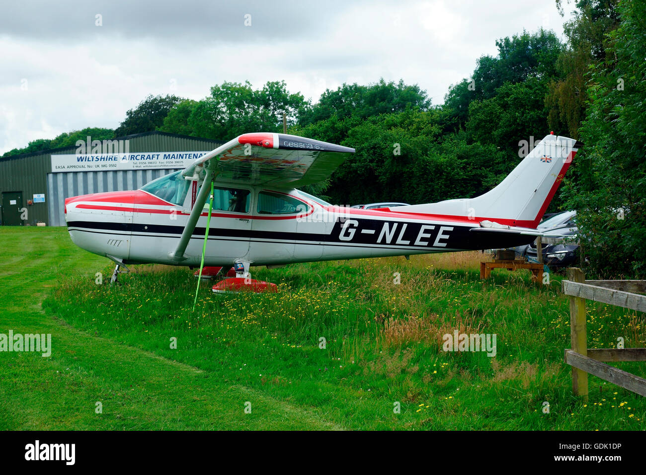 CESSNA 182Q SKYLANE  G-NLEE UNDER RESTORATION NO ENGINE / PROP. - Stock Image