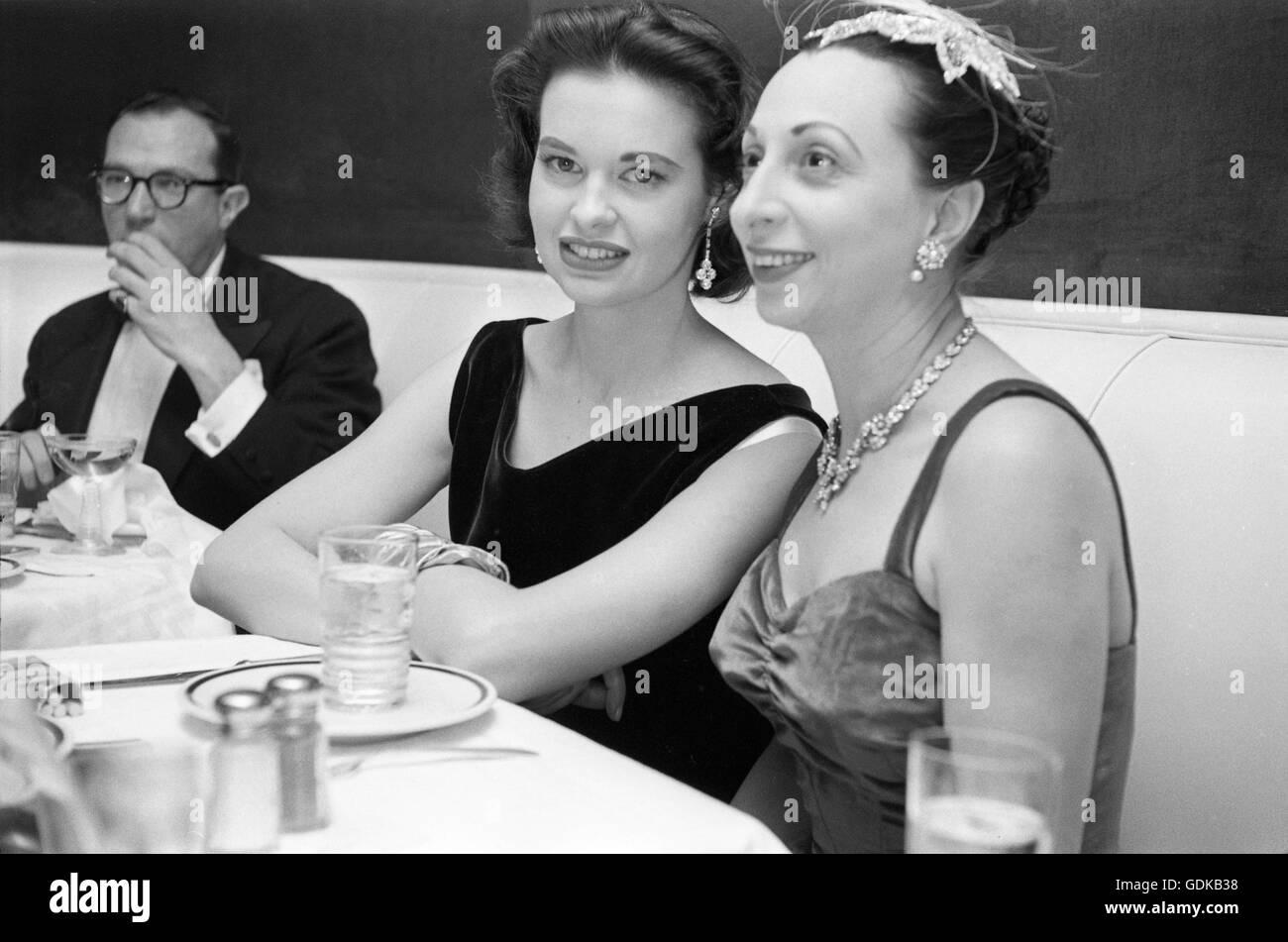 Gloria Vanderbilt, at dinner with friends, 1955. - Stock Image