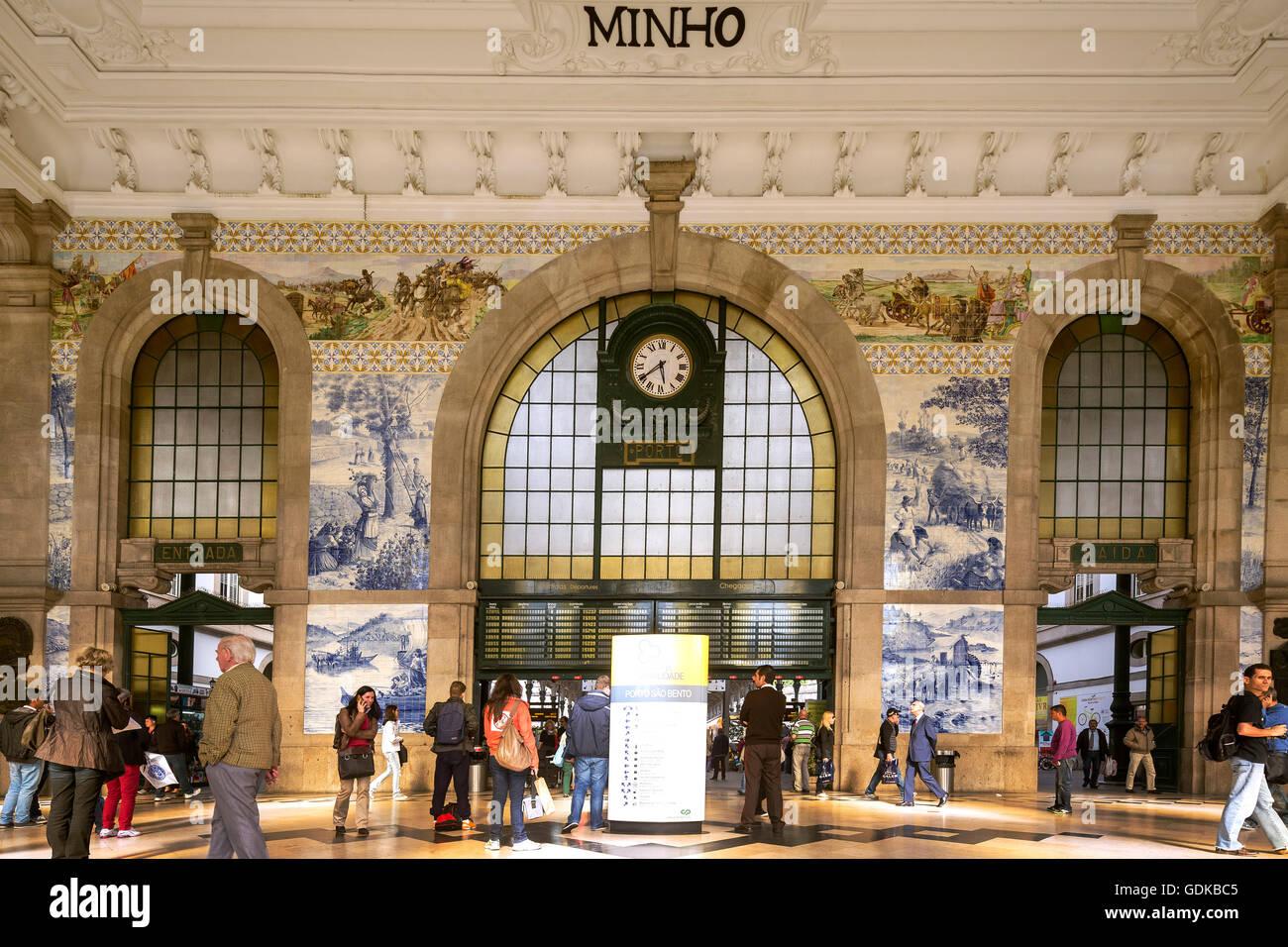 Railway Station Clock, Sao Bento station Porto, azulejos tiles, concourse, entrance hall, main hall, Oporto, Porto - Stock Image