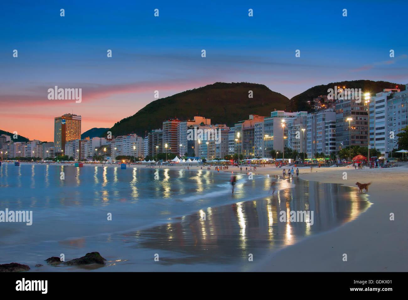 Copacabana beach at night in  Rio de Janeiro - Stock Image