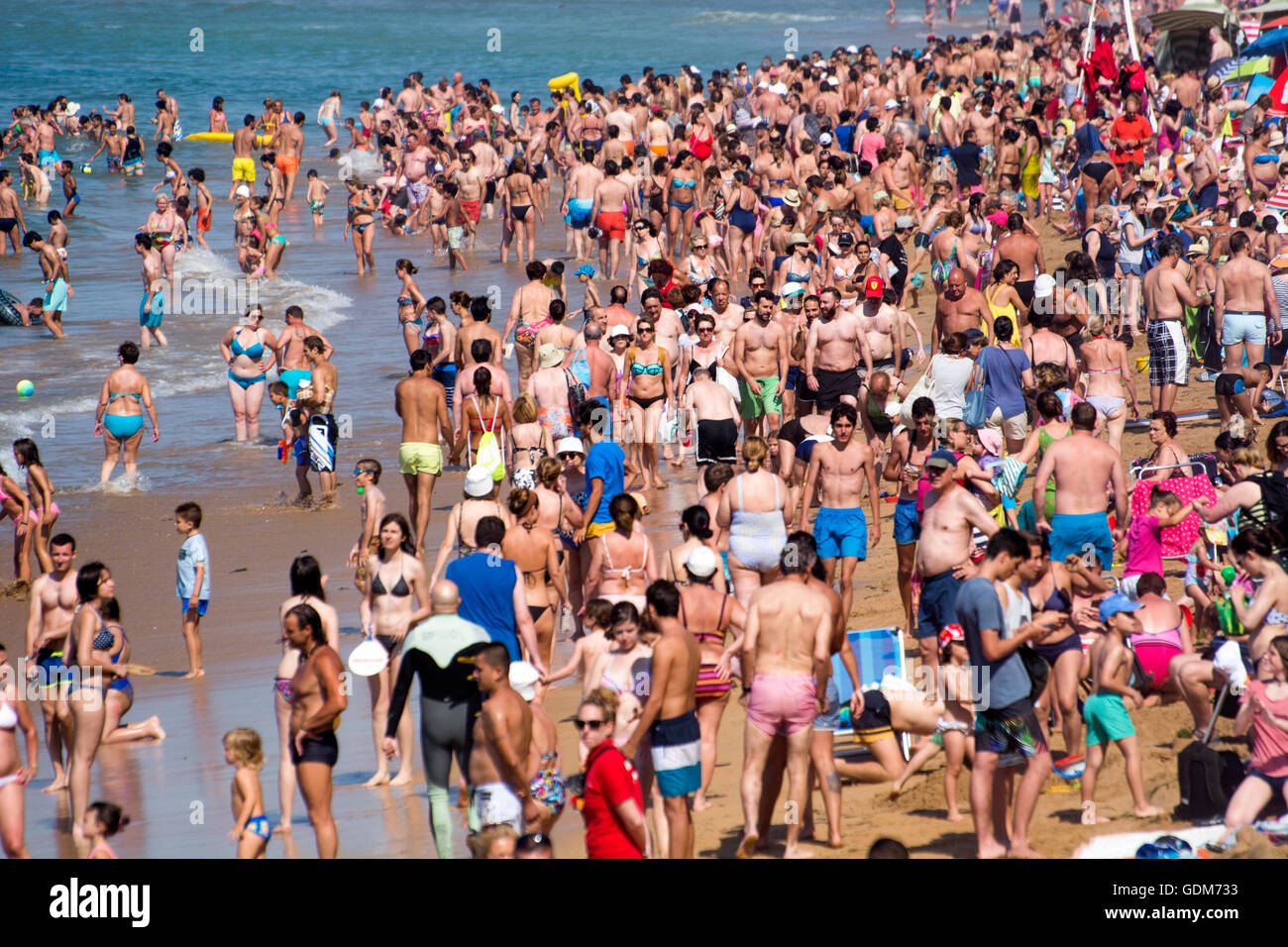 Gijon, Spain. 18th July, 2016. Thousands of people take advantage of the hottest days of the year to go to Saint - Stock Image