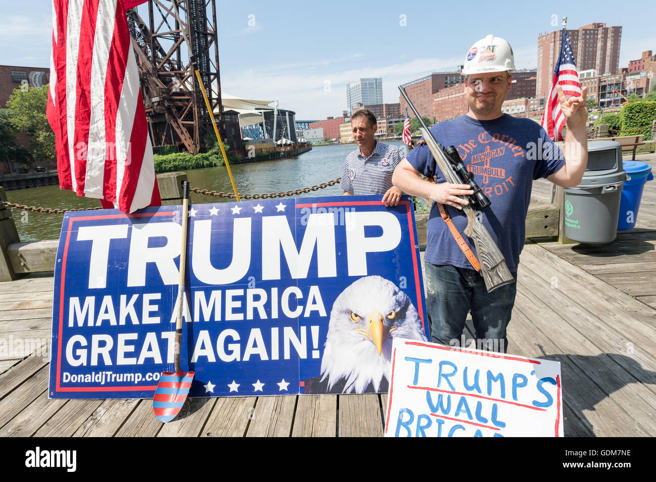 Cleveland, Ohio, USA. 18th July, 2016. A Trump supporter stands holding a hunting rifle during a rally near the - Stock Image