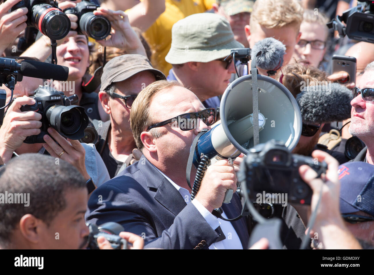 Cleveland, Ohio, USA. 19th July, 2016. Right wing talk show host Alex Jones stirs up the crowd in Public Square - Stock Image