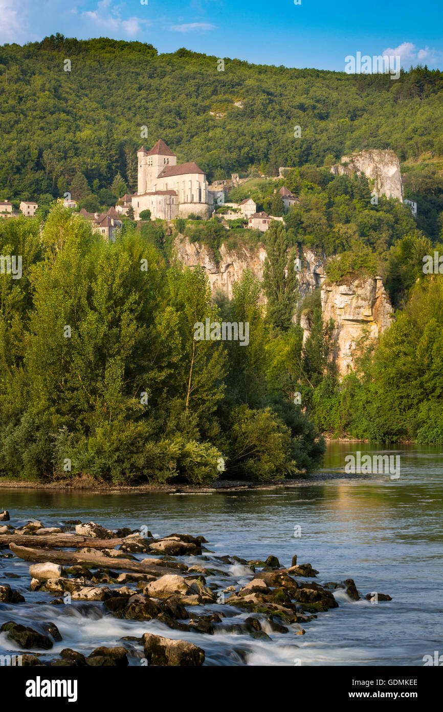 Early morning over River Lot and medieval town of Saint-Cirq-Lapopie, Midi-Pyrenees, France - Stock Image