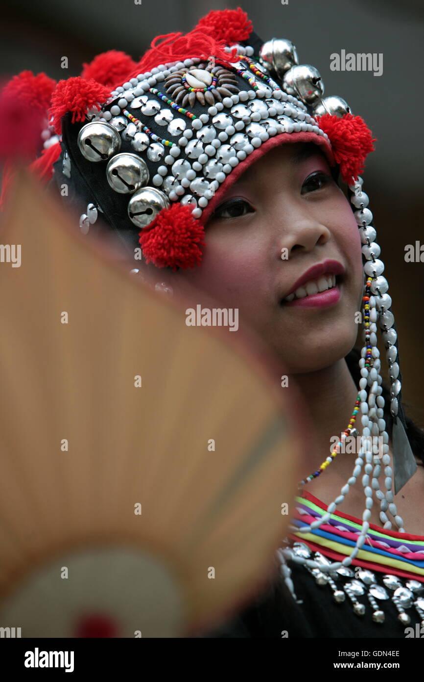 Traditionelle Taenzerinnen tanzen beim Wat Phra That Doi Suthep Tempel in Chiang Mai im Norden von Thailand. - Stock Image