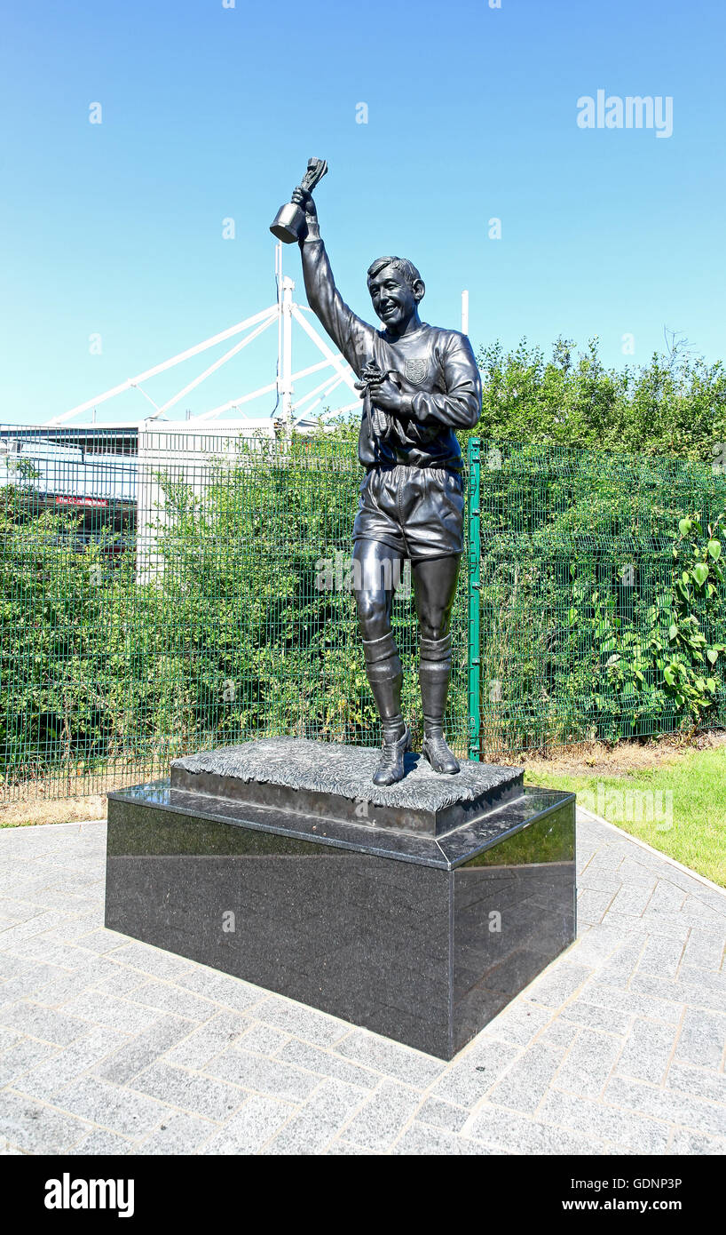 Statue of World Cup winner Gordon Banks and Jules Rimet trophy outside the Stoke City bet365 stadium or ground Stoke - Stock Image