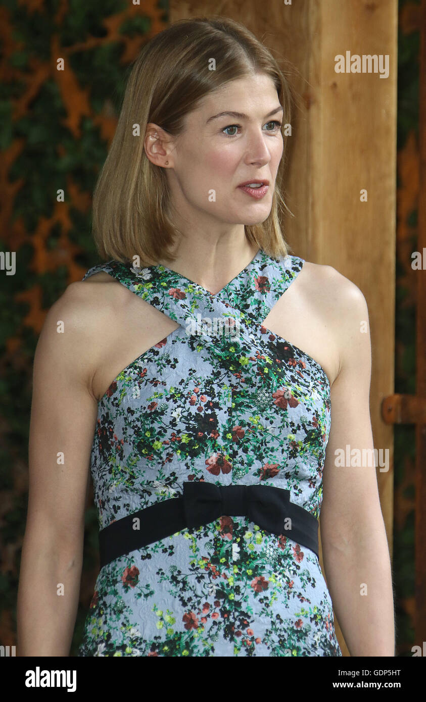 May 23, 2016 - Rosamund Pike at Chelsea Flower Show 2016 in London, UK. - Stock Image
